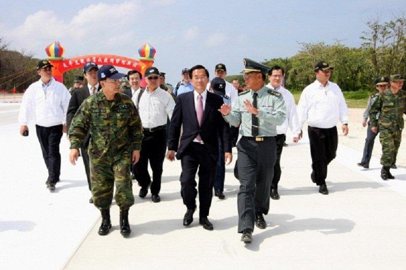 前總統陳水扁在太平島建機場跑道,卸任前也登島宣示主權。(軍聞社提供)