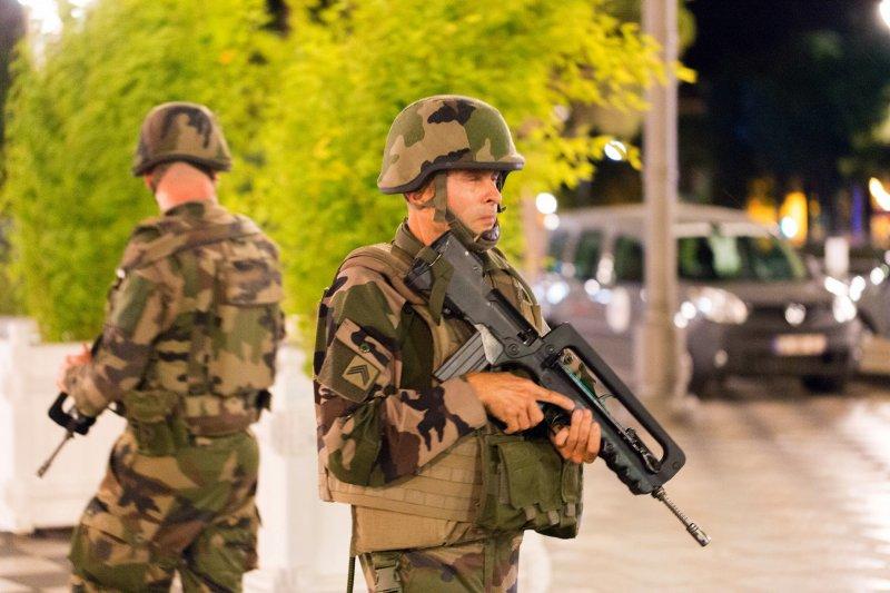 法國南部大城尼斯(Nice)14日驚傳恐怖攻擊,一部卡車衝進上街慶祝國慶日的人群,造成慘重傷亡(美聯社)
