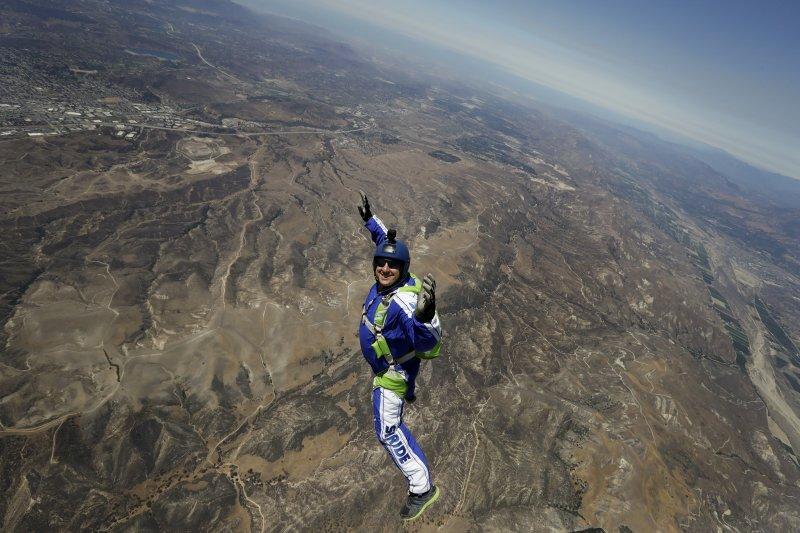 2萬5000呎高空跳傘不用降落傘!美國冒險家創下玩命新紀錄-風傳媒