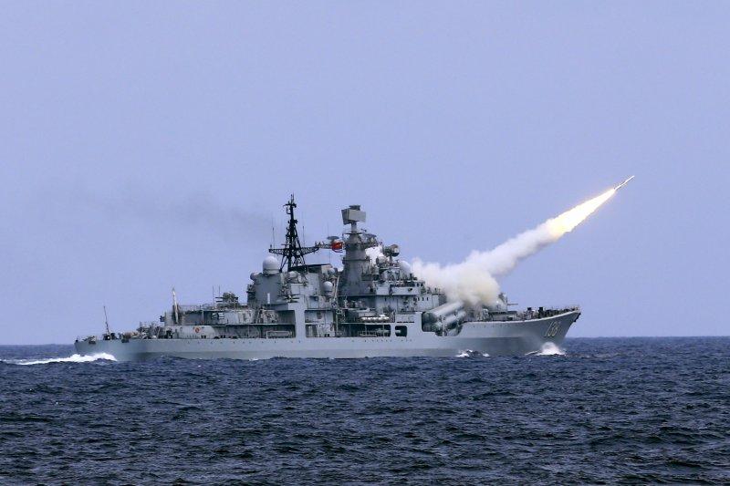兩岸若擦槍走火或我方機艦遭對方開火,在國防部長未下令對敵展開「第一擊」前,我方只能對飛彈進行攔截或迴避。圖為解放軍「台州號」護衛艦實彈演習。(資料照,美聯社)