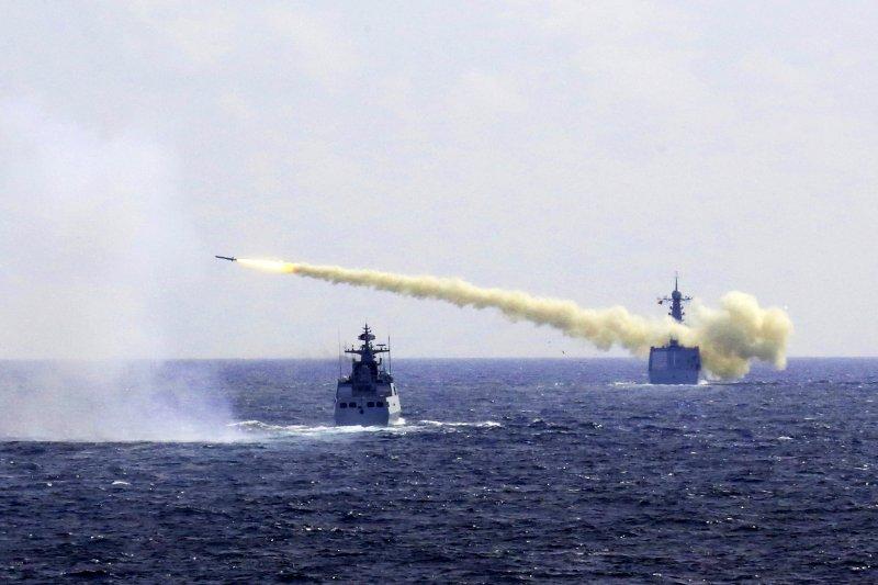 圖為中國人民解放軍海軍2016年在東海進行實彈演習(資料照,AP)