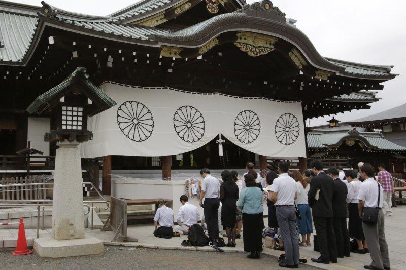 到靖國神社參拜的日本民眾。(美聯社)