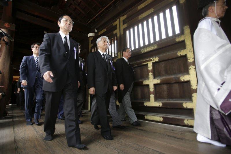 到靖國神社參拜的日本國會議員。(美聯社)