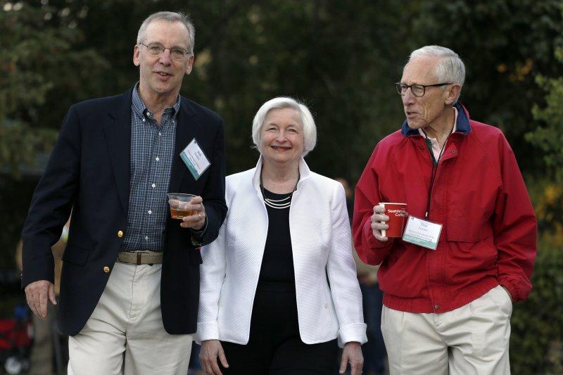 美國聯準會(Fed)主席葉倫(中)、副主席費雪(S右)、紐約聯邦準備銀行總裁達德利(左)都對永寬監理表示反對,費雪的辭職更引起震撼。(AP)