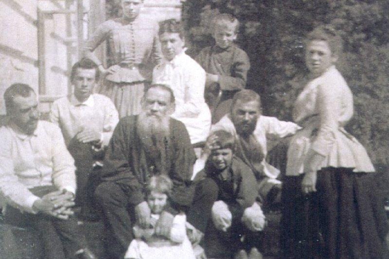 托爾斯泰(中間者)與家人(取自Wikipedia/PD-US)