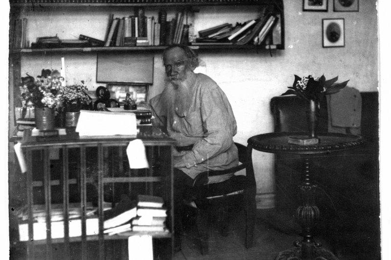 托爾斯泰在書房,攝於1908年(Wikipedia / Public Domain)