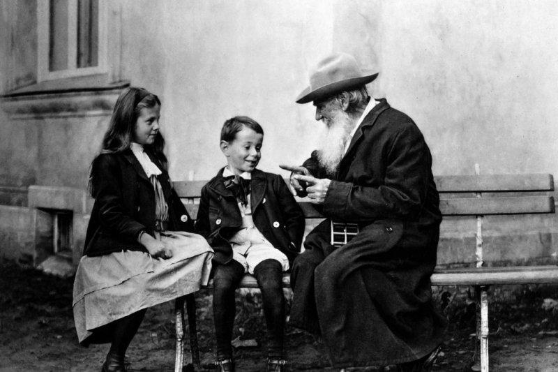 托爾斯泰與孫輩。(取自Wikipedia/Public Domain)