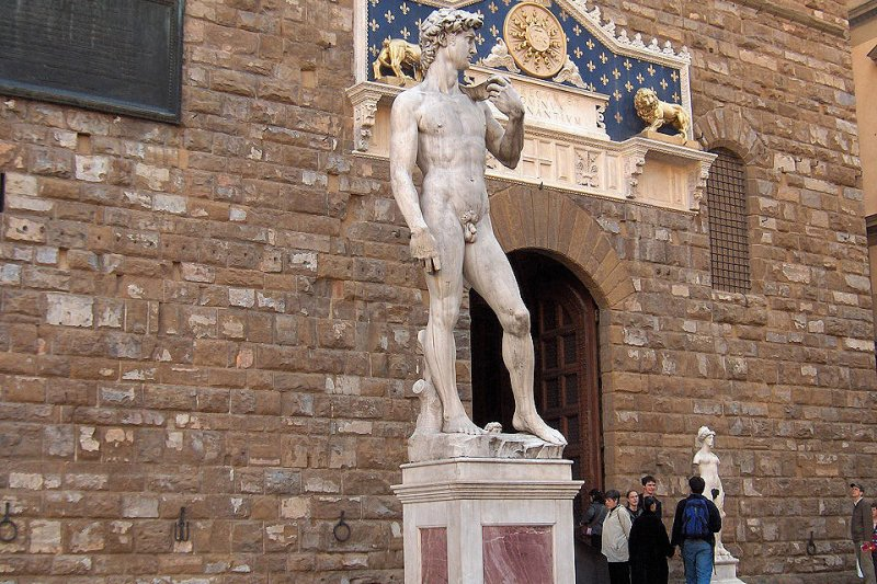 佛羅倫斯舊宮市政廳領主廣場上的大衛像複製品(取自Wikipedia, JoJan攝/CC BY-SA 3.0)