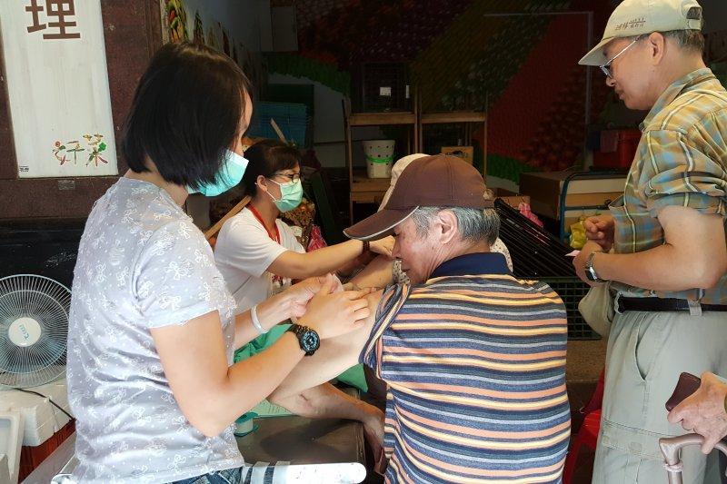 疾管署呼籲中年民眾不要自恃正值壯年,便輕忽流感的威力,應及早前往醫療院所接種疫苗。圖為流感疫苗接種。(取自台北市中正區三愛里網站)