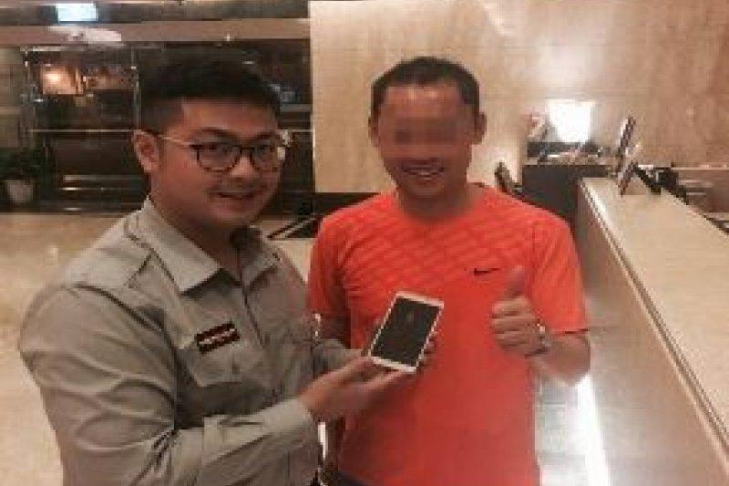 熱心員警替韓籍旅客找回手機。(台北市政府提供)