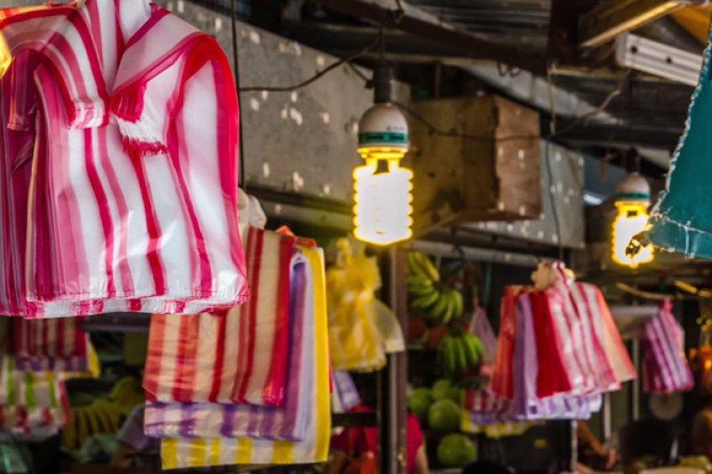 政府自今年元日起就祭出限塑令,但滿街塑膠袋的景觀能改變嗎?(翻攝自youbube)
