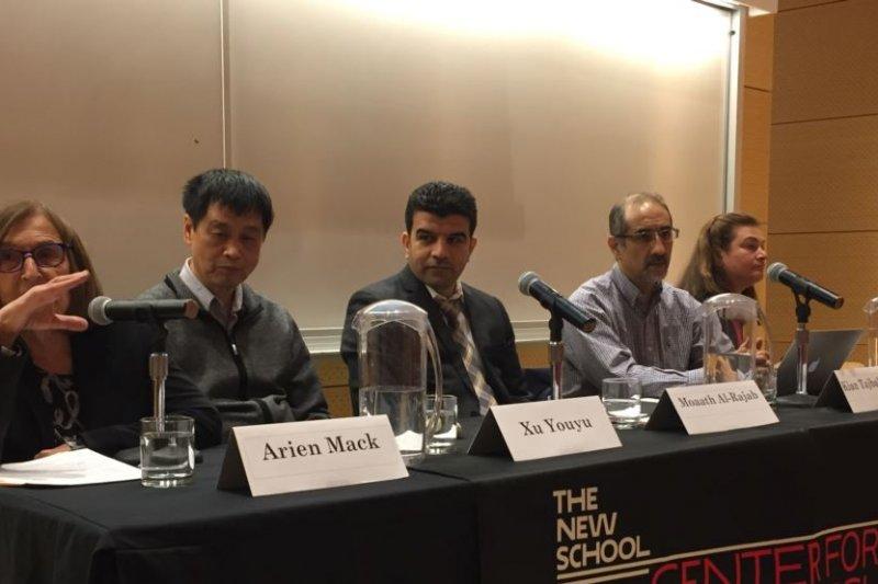 中國《零八憲章》首批連署人徐友漁(右2)在紐約出席研討會,表示中國學術自由處於文革以來最糟時期(美國之音)