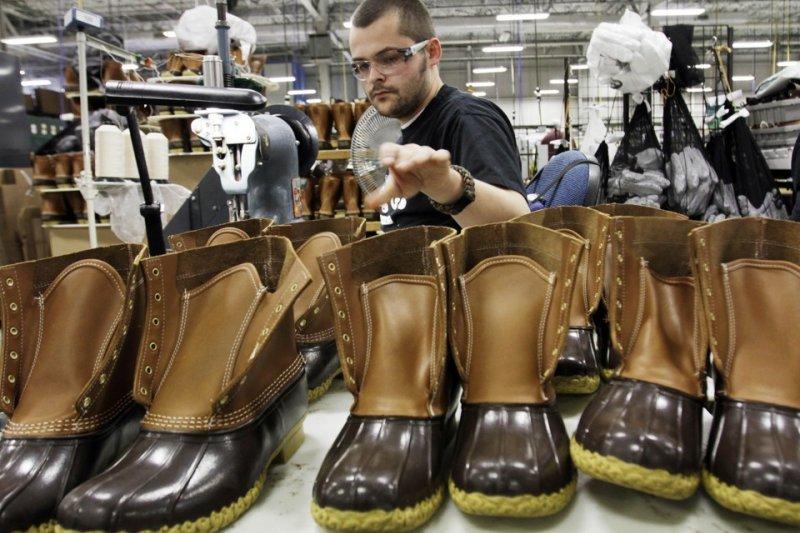 「英、美兩國的安全網和勞工保護降低,已經加重一般勞工的工作不安,並因此讓他們願意接受較低的薪水。」(資料照,美聯社提供)