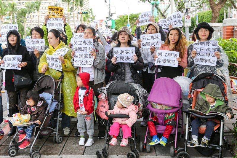 2016-11-24-立法院婚姻平權公聽會第一場-反同媽媽護兒聯盟-場外抗議02-陳明仁攝