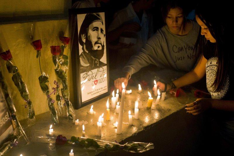 古巴民眾哀悼老卡斯楚的逝世。(美聯社)