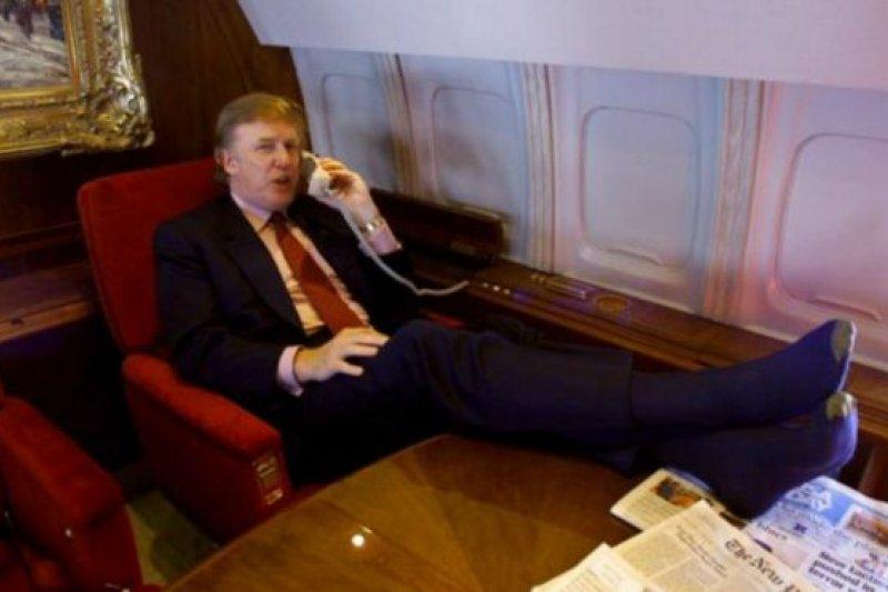2000年,川普在自己的私人飛機上打電話。(BBC中文網)