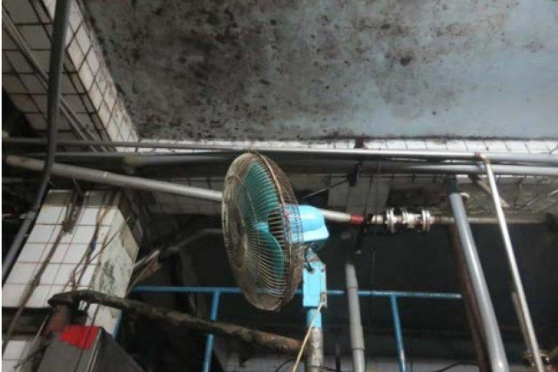醬油工廠的天花板不潔。(取自食品藥物管理署官網)