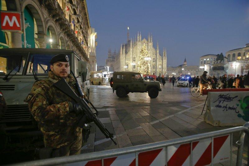 由於恐攻陰影不散,義大利米蘭的主教座堂廣場,新年期間仍加強維安。圖片:美聯社