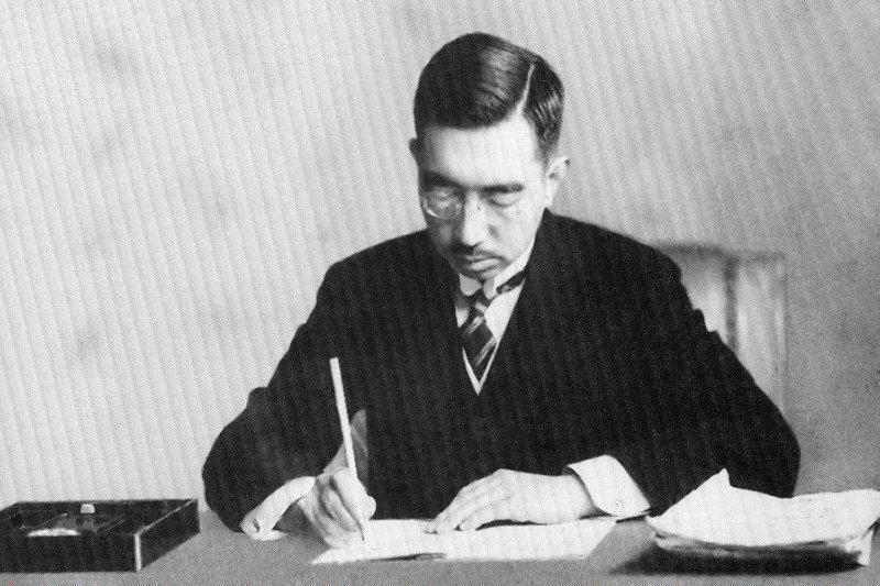 1946年昭和天皇簽署《日本國憲法》。(圖/維基百科公有領域)