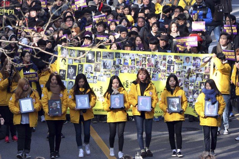 韓國民間團體自1991年起,群策群力為該國慰安婦受害者及倖存者爭取爭取應有的尊嚴與權益,同年率先赴日本東京為韓國慰安婦倖存者訴訟求償。圖為南韓市民團體2016年12月手持過世慰安婦肖像,抗議日本戰時罪行。(資料照,AP)