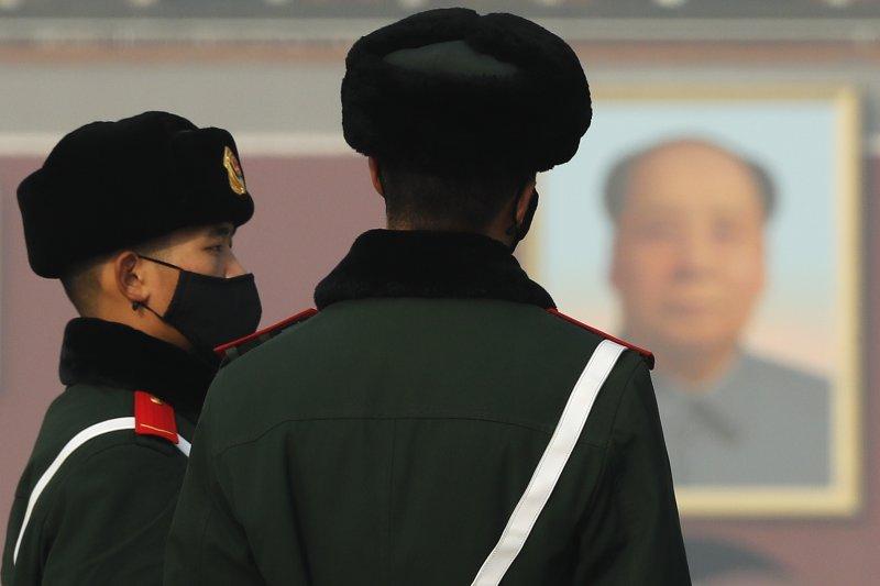 中國北京天安門廣場外的公安因霧霾而戴口罩執勤(AP)