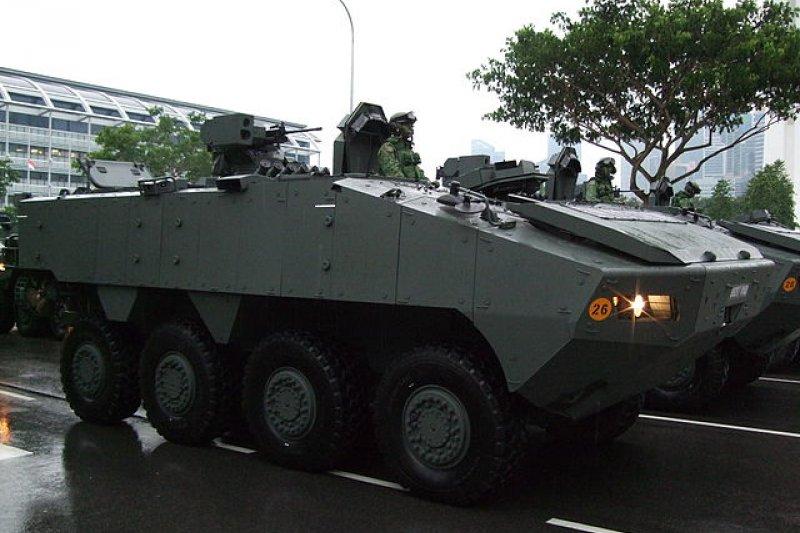 去年11月,9輛新加坡軍隊的裝甲車,從台灣運回新加坡的途中遭香港海關扣押。圖為被扣押的新加坡產AV-81裝甲車。(取自維基百科)