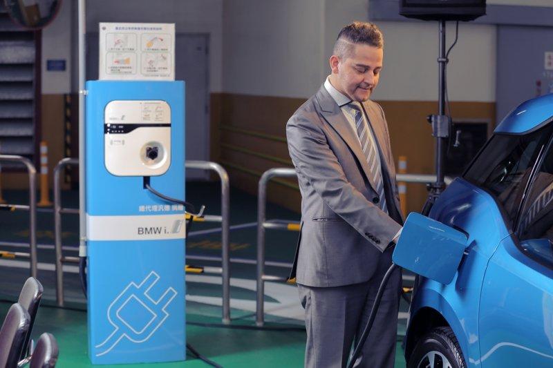 BMW台灣總代理汎德選定台達的電動車充電解決方案並捐贈給台北市政府。(圖/台達電子提供)