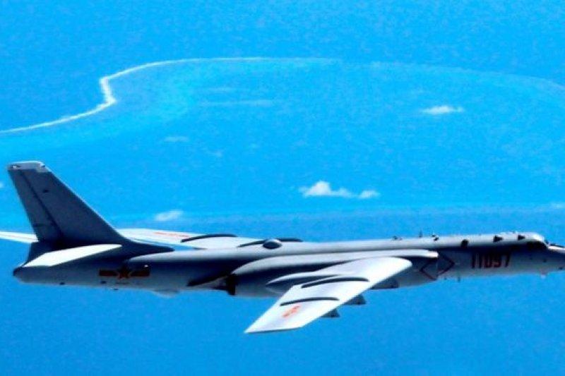 2016年7月,南海仲裁案結果宣佈後,中國的轟6戰機飛過南海島礁(資料圖)。(BBC中文網)