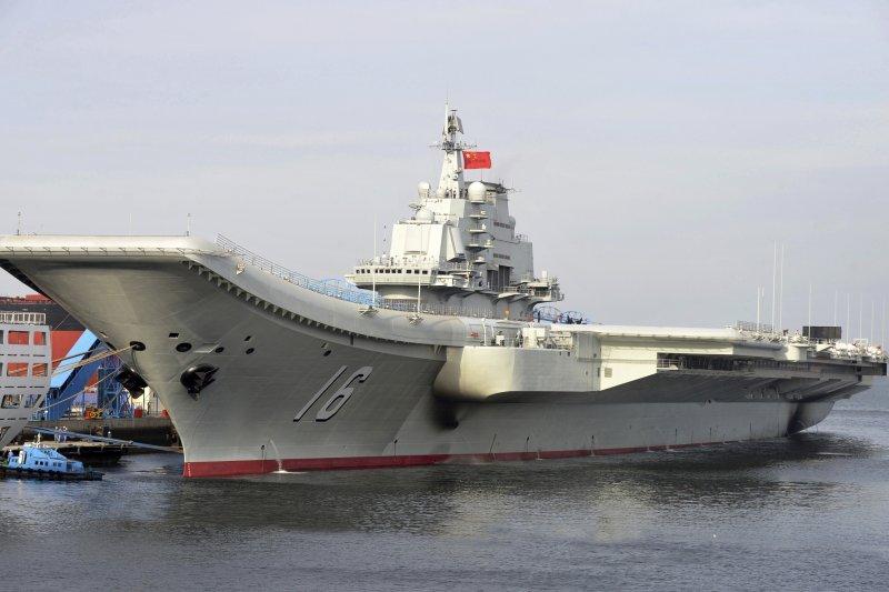 中國遼寧艦在南海進行軍事演訓。(美聯社)