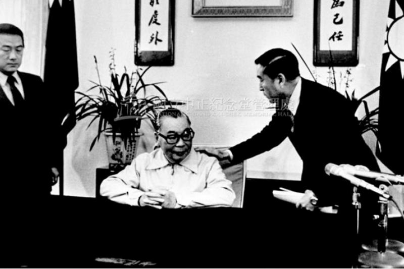 「蔣經國沒有接受鄧小平的統戰,堅決拒絕『一國兩制』。」圖為1982年蔣經國準備錄製除夕講話。(徐宗懋,中正紀念堂管理處)