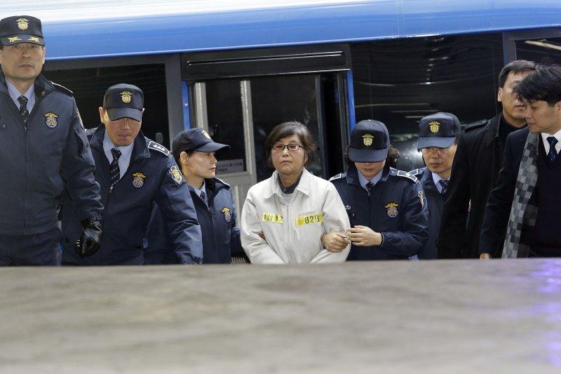 南韓總統朴槿惠閨蜜崔順實被控貪污及干政案,特別檢察官辦公室25日強制傳喚她到案。崔順實憤怒地高喊自己是無辜的,抗議她是被迫招認。(美聯社)