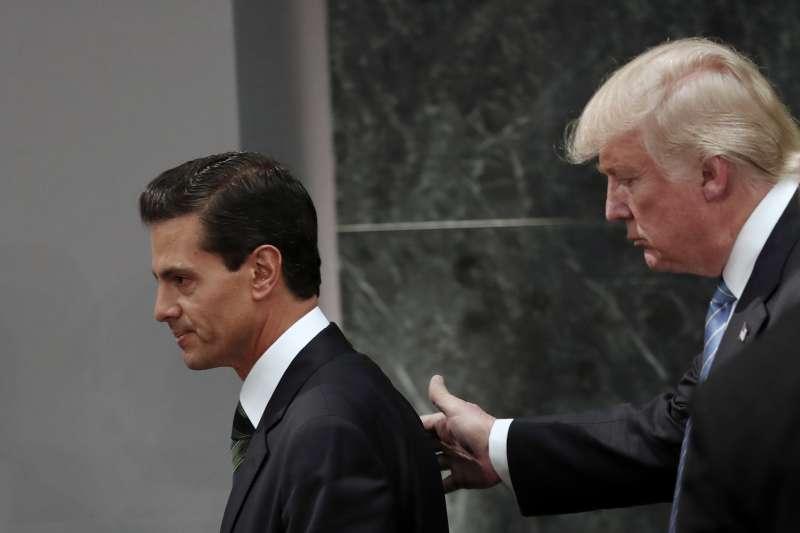 美國總統川普(右)與墨西哥總統潘尼亞涅托(左)(AP)