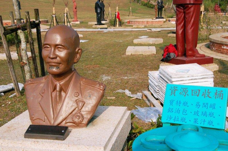 蔣公銅像竟與資源回收物並列,或許象徵一個時代的殞落吧(示意圖/準建築人手札網站@flickr)