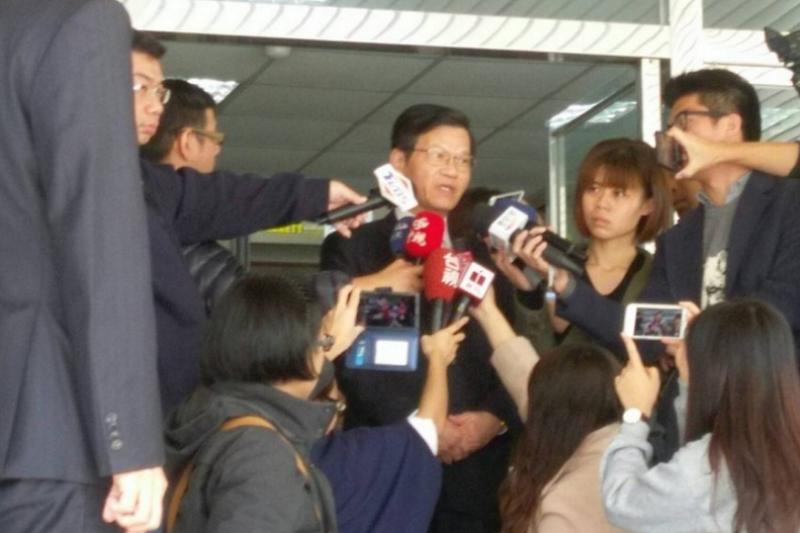 翁啟惠(圖中)於開庭結束後接受媒體採訪(法操司想傳媒提供)。