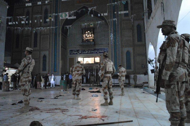 巴基斯坦16日遭遇自殺式恐怖攻擊,該處是紀念伊斯蘭教蘇菲派聖哲沙巴茲的聖殿。(美聯社)