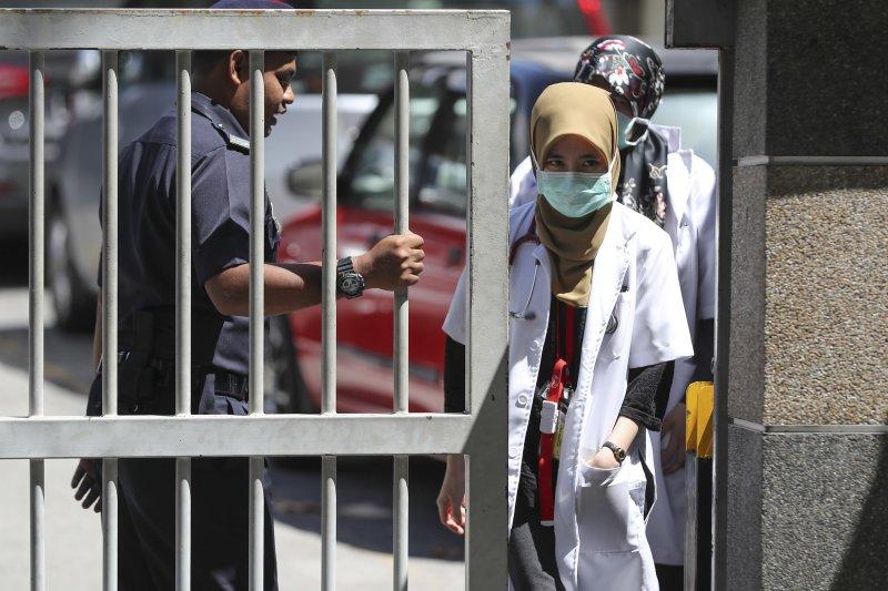 因為大批媒體在外守候,負責相驗金正男遺體的吉隆坡醫院近來門禁特別森嚴。(美聯社)