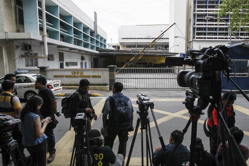大批媒體在吉隆坡醫院外守候金正男遺體的驗屍結果。(美聯社)