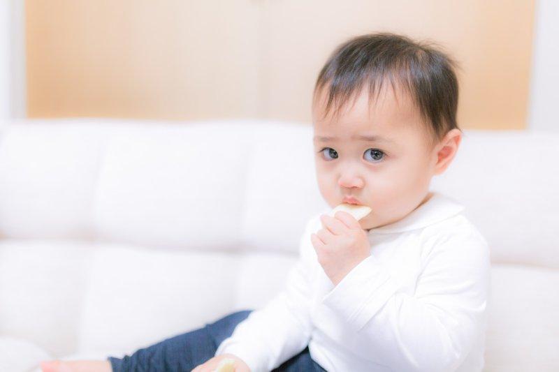 寶寶腎臟未發育完全,應避免額外攝取過多水量,以免導致水中毒。(圖/すしぱく@pakutaso)