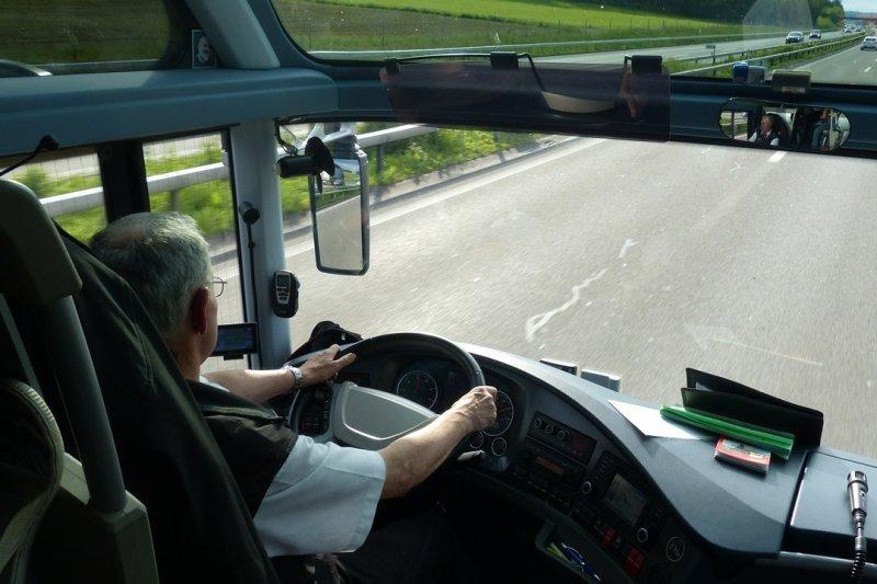 正常狀況下,客運司機的工時就已經超過12小時......(圖/pixabay)