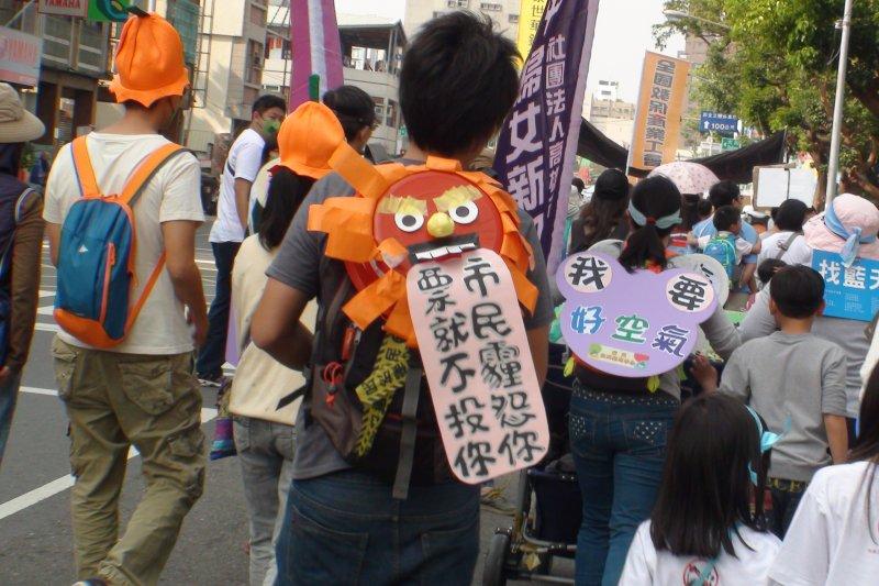 昨(19)日「高雄反空污大遊行」在八五大樓舉行,遊行中出現「市民霾怨你,票就不投你」的標語。(朱淑娟提供)