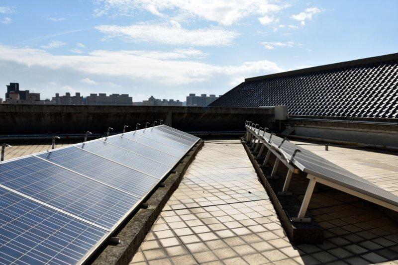 能源局要求包括法人機構、國營事業及學校在內的屋頂都要裝設太陽能板。圖為桃園市龍安國小太陽光電系統。(取自桃園市政府)