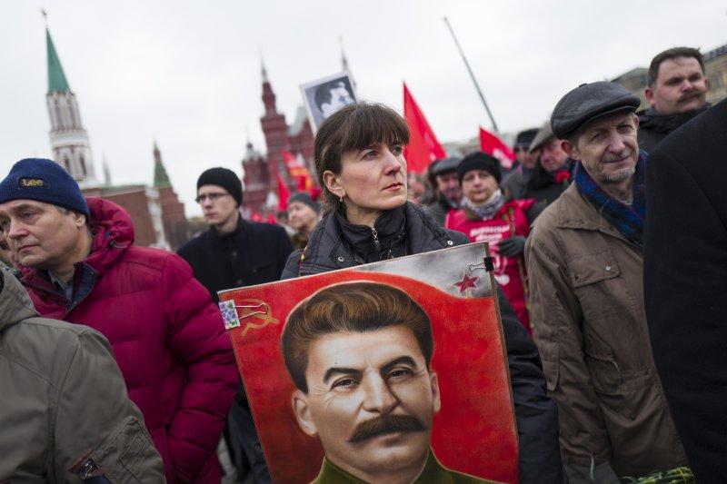共產黨的支持者3月5日遊行前往史達林的墓前獻花,今年是史達林逝世64週年。(美聯社)
