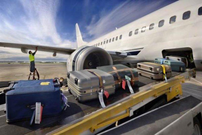 為何每次託運完,行李箱都變得面目全非,划痕、壞鎖、甚至裂開了縫?(圖/澎湃新聞提供)