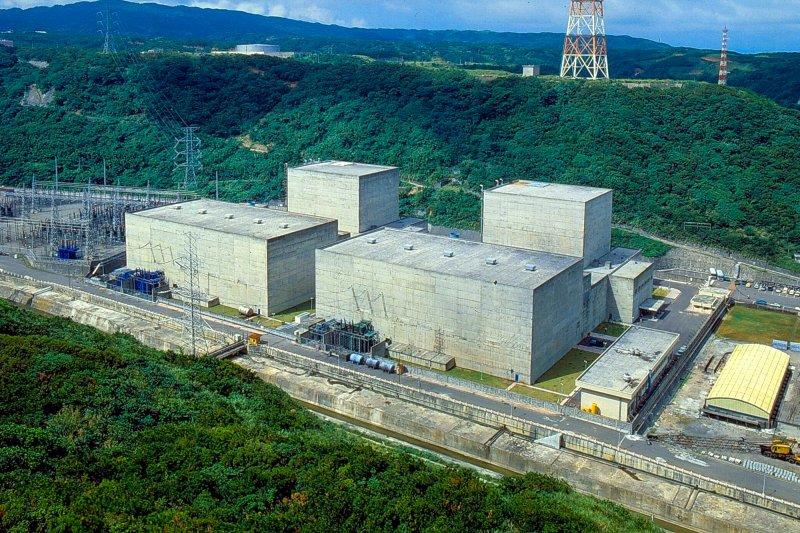 地球公民基金會今(8)日指出,三座核電廠接連出包,核一廠2號機降載運轉以延長供電天數,核二廠1號機為紓解燃料池爆滿無法發電而改裝護箱裝載池,核三廠2號機大修時控制棒驅動軸脫落,導致導管變形恐延後,原能會管制能力遭疑。並質疑,還能把供電品質寄望在核電廠嗎?(取自台電)