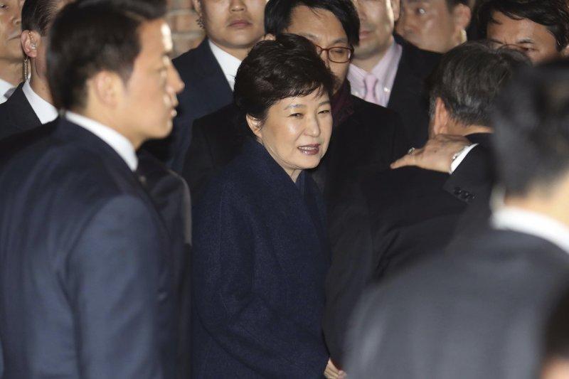 南韓前總統朴槿惠3月12日傍晚離開青瓦台,搬回首爾三成洞的私宅(AP)
