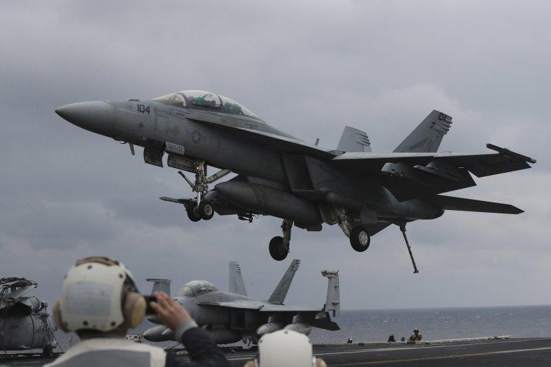 美軍卡爾文森號航空母艦在朝鮮半島海域參加美韓軍演,一架F/A-18正準備降落。(美聯社)