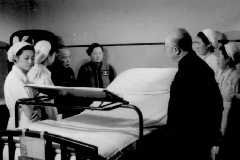 一九五六年十月三十日,李宗恩(右中背面站立者)聽取照顧孫中山最後時日的護士何芬(左四,正面中)講述中山先生在這間病房醫治的情況。