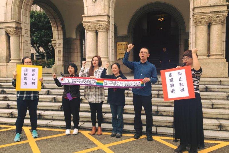 台灣同志諮詢協會熱線、台灣性別平等教育協會等民間團體今(20)日於司法院前召開記者會,訴求「同性婚姻納入民法,反對訂定專法」。(取自呂欣潔臉書)