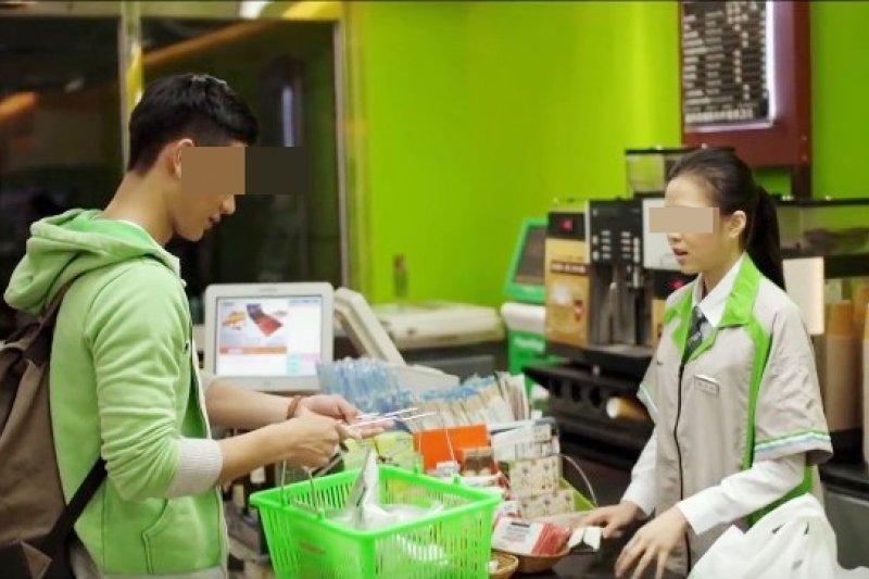 因為每日需要應付的客人眾多,超商店員成了台灣數一數二的苦命職缺...(示意圖擷取自Youtube,與當事人無關)