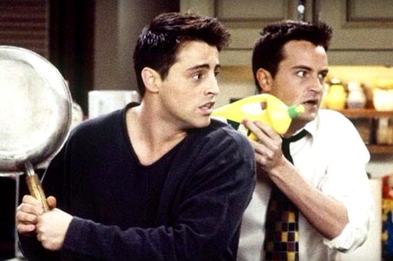 馬修派瑞(右)麥特勒布朗(Matt LeBlanc)(左)在《六人行》中搞笑演出。(截圖自youtube)